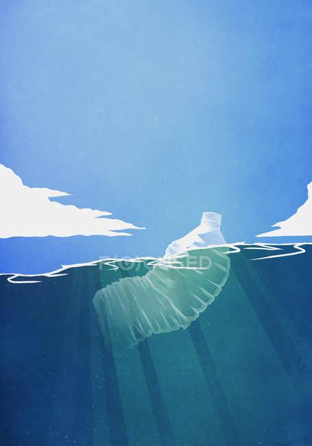 Пластиковая бутылка, плавающая в океане — стоковое фото