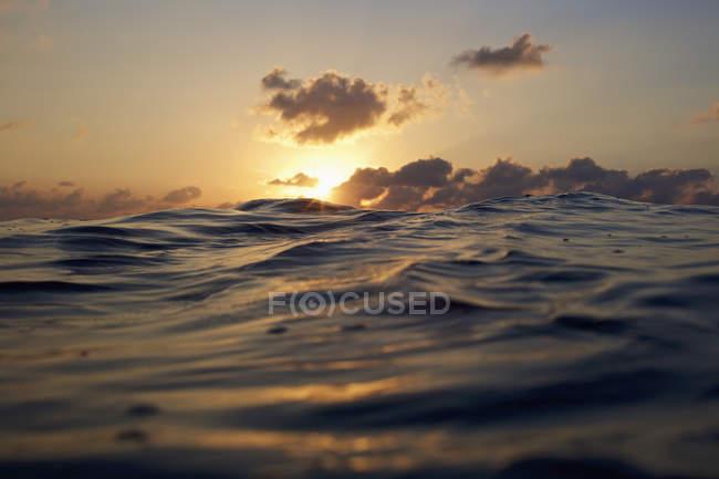 Захід сонця над спокійним океаном — стокове фото