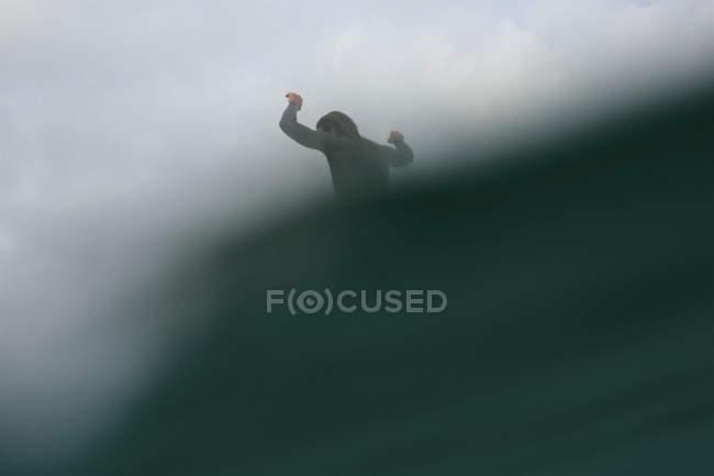Чоловічий Фер їзда океанської хвилі — стокове фото
