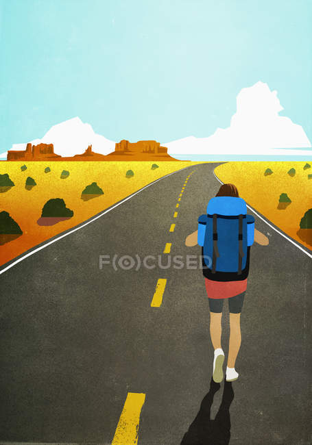 Mochilero femenino caminando por el remoto y árido camino del desierto - foto de stock