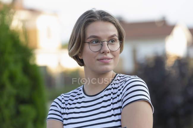 Giovane donna sicura che distoglie lo sguardo — Foto stock