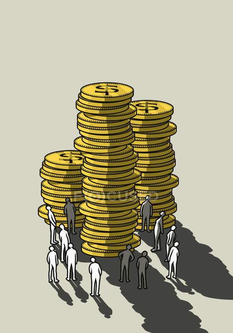 Люди смотрят вверх на стопки высоких монет — стоковое фото