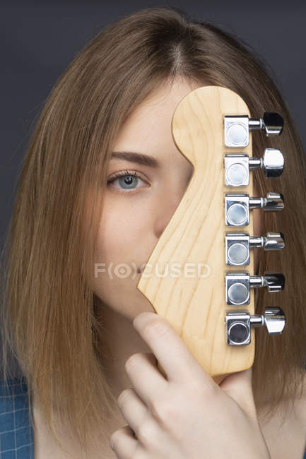Close up portrait beautiful young woman with guitar — Stock Photo