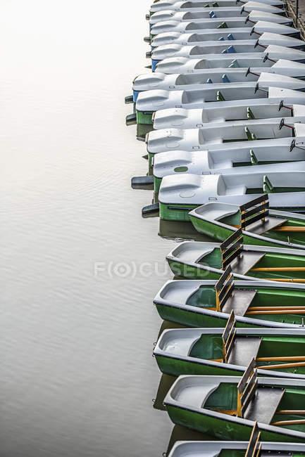 Лодки, пришвартованные в ряд, Tuebingen, Баден-Вюртемберг, Германия — стоковое фото