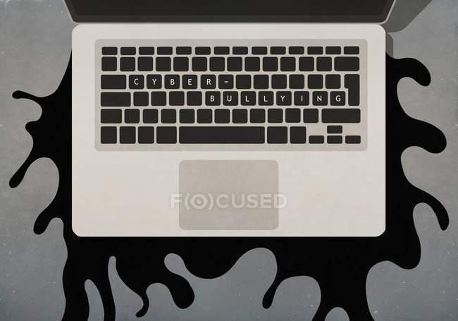 Texto de cyber-bullying no teclado do laptop — Fotografia de Stock