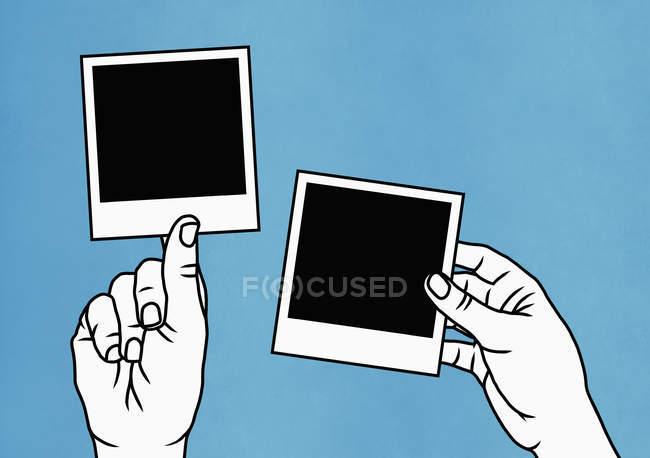 Жінки тримають миттєві фотографії. — стокове фото