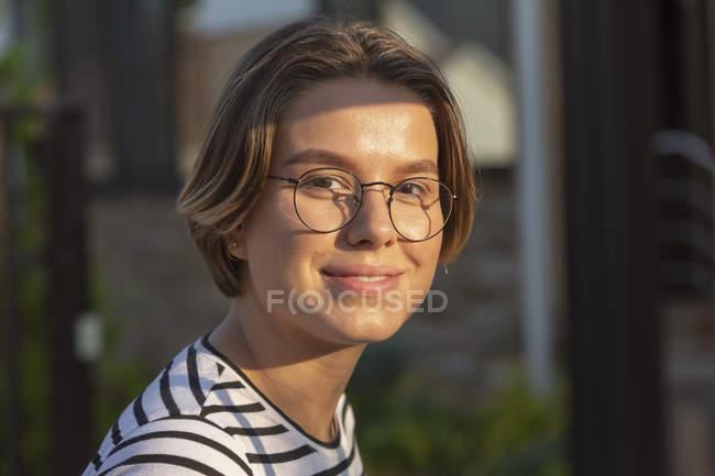 Retrato de una joven bella y sonriente - foto de stock
