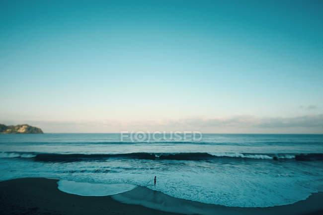 Людина на узбережжі Транквіля і блакитному морському дні, Саюліта, Наярит, Мексика — стокове фото