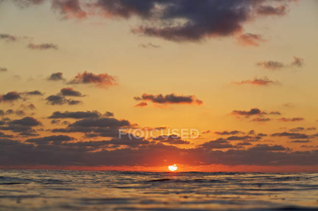 Coucher de soleil tranquille sur l'horizon océanique, Punta de Mita, Nayarit, Mexique — Photo de stock