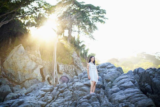 Женщина, стоящая на скалах под солнечным деревом, Саюлита, Наярит, Мексика — стоковое фото