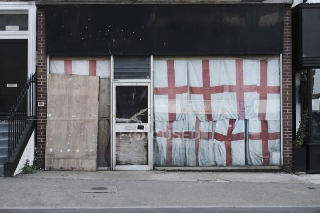 Bandiere inglesi che coprono il negozio abbandonato, Margate, Inghilterra — Foto stock