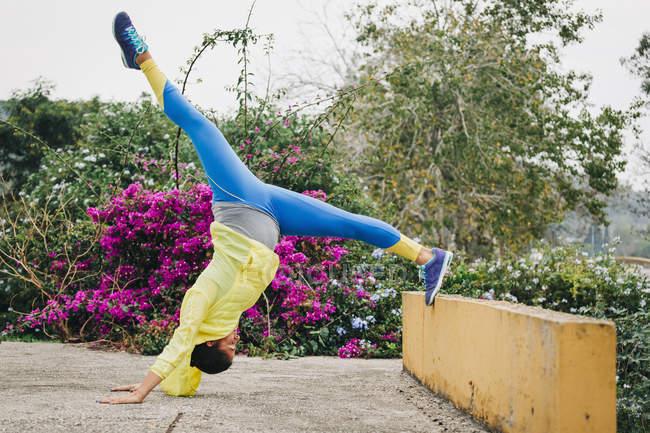 Личный тренер женщины, растяжка вверх-вниз в парке — стоковое фото
