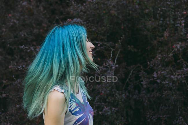 Профиль молодой женщины с голубыми волосами — стоковое фото