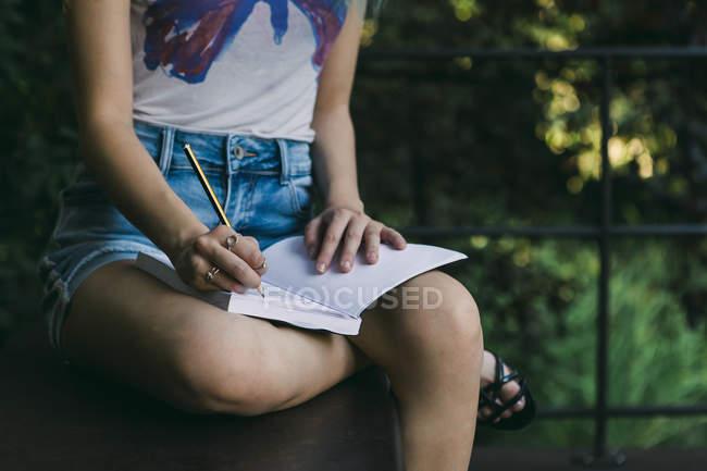 Молода жінка письмовій формі в журналі — стокове фото