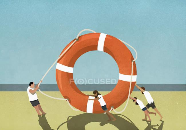 Família puxando e empurrando grande anel de vida na praia — Fotografia de Stock