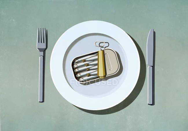 Банка сардин на тарелке — стоковое фото