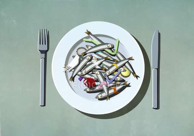 Sardinhas, palhas de plástico e poluição na placa — Fotografia de Stock