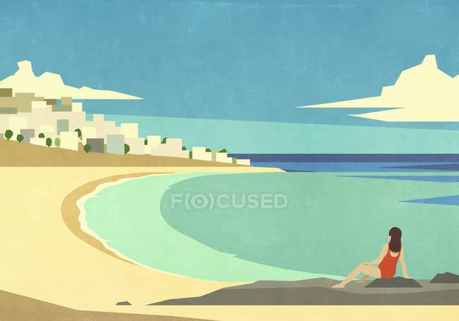 Mulher relaxando na praia oceânica de verão ensolarada e idílica — Fotografia de Stock