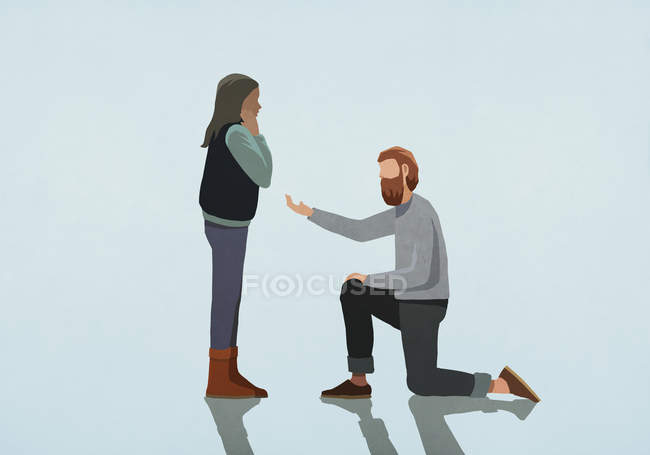 Hombre arrodillado, proponiendo matrimonio a mujer - foto de stock