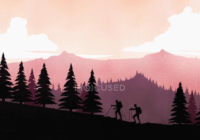 Mochileros de Silhouette con polos de senderismo que suben a la ladera de la montaña. - foto de stock