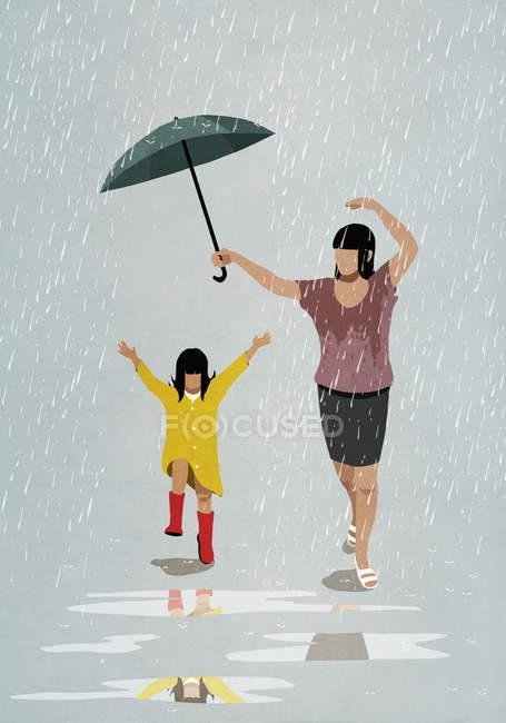 Mère et fille insouciantes dansant sous la pluie — Photo de stock