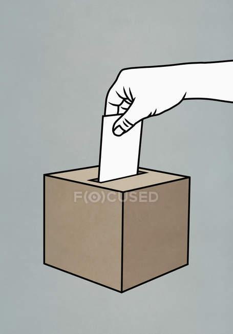 Mann wirft Stimmzettel in Urne — Stockfoto