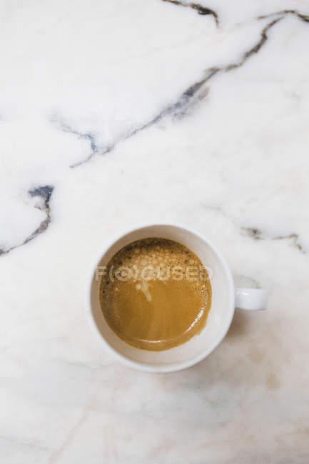 Вид сверху эспрессо в кружке на мраморной поверхности — стоковое фото