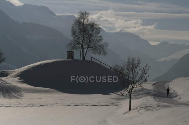 Sunny snowy scenic mountain view, Vella, Cantón de los Grisones, Suiza - foto de stock