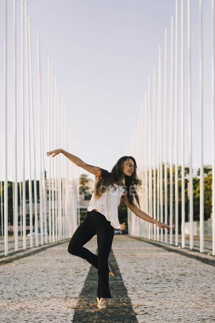 Обережна молода жінка танцює в парку. — стокове фото
