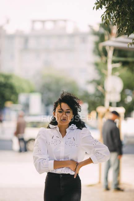 Ritratto di donna sicura ed elegante sul marciapiede — Foto stock