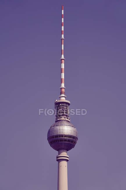 Телевежа проти сонячного, блакитного неба, Берлін, Німеччина. — стокове фото