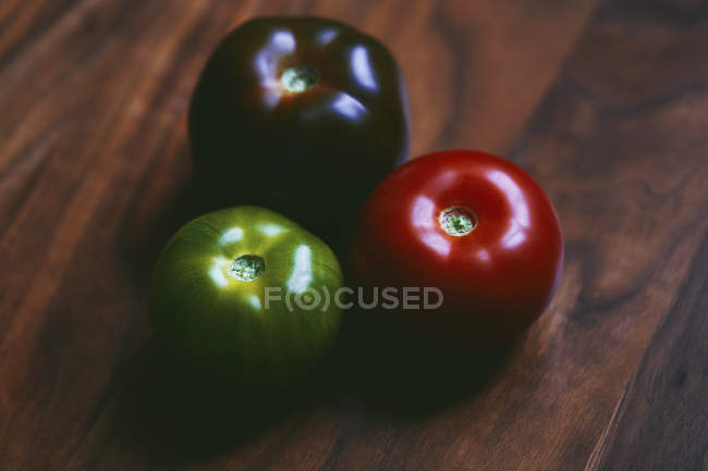 Close up red, green and purple tomatoes — стокове фото