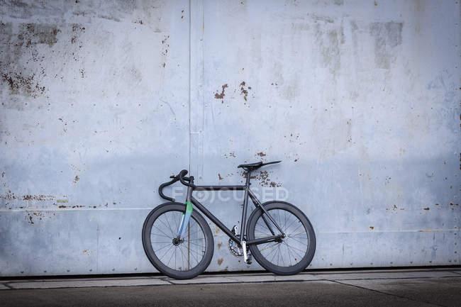 Rennrad lehnt an Betonwand — Stockfoto