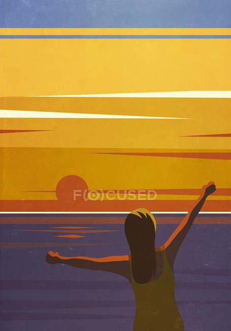 Carefree женщина с вытянутыми руками наслаждаясь видом на закат над океаном — стоковое фото