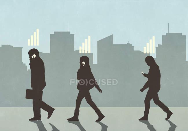 Barras de recepción celular por encima de los peatones caminando y utilizando teléfonos inteligentes en la ciudad - foto de stock