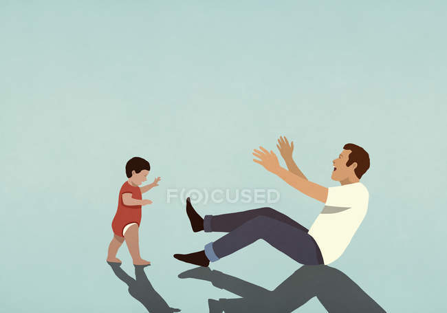 Счастливый отец радуется за маленького сына, делающего первые шаги — стоковое фото