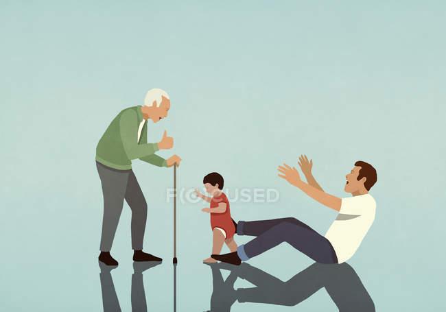 Niño dando los primeros pasos de padre a abuelo - foto de stock