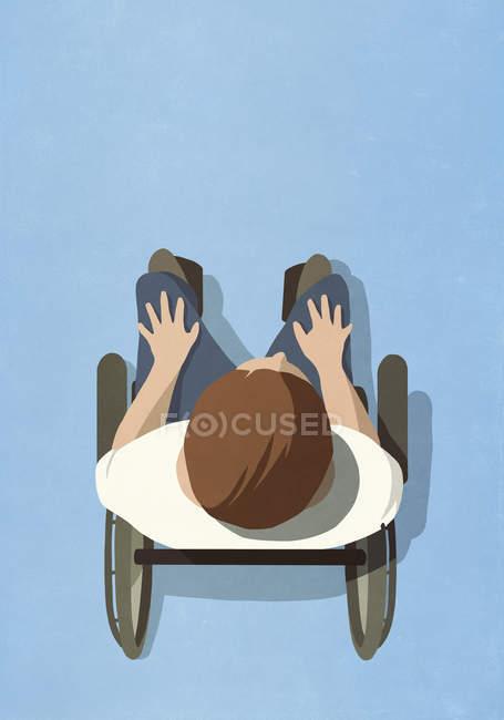 Вид сверху на человека в инвалидной коляске — стоковое фото