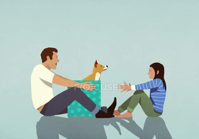 Padre sorprendente hija con cachorro regalo - foto de stock