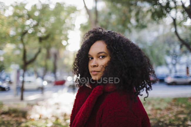 Portrait of stylish young woman in autumn park — Stock Photo