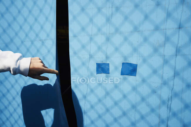 Partir la mano lona azul - foto de stock