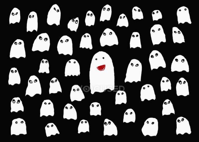 Рисование милых белых призраков на черном фоне — стоковое фото