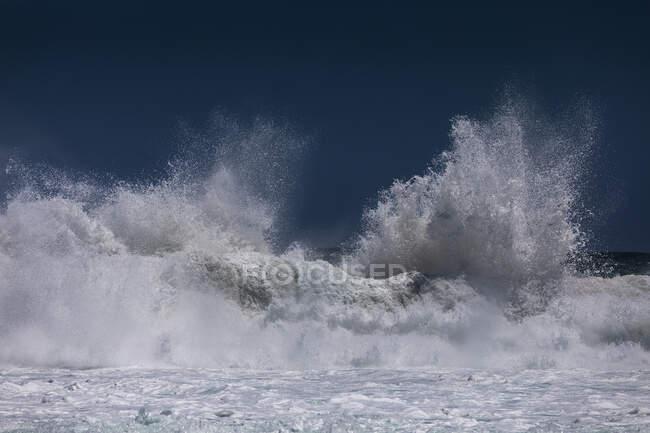 Wellenkrampf und plätschernder Meeresschaum — Stockfoto