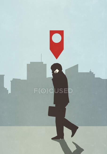 Mapa pin icono por encima de hombre de negocios caminando y hablando por teléfono inteligente en la ciudad - foto de stock