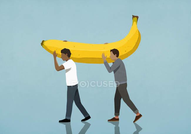 Uomini che trasportano grandi banane — Foto stock