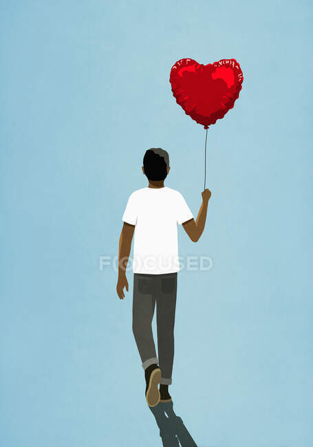 Homem andando com balão em forma de coração — Fotografia de Stock