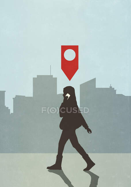Mapa pino ícone acima mulher andando e falando no telefone inteligente na cidade — Fotografia de Stock
