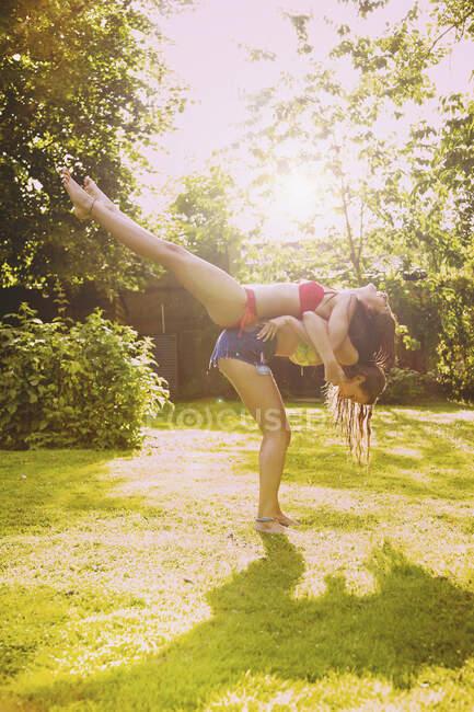 Веселые подруги-подростки в солнечном летнем дворе — стоковое фото