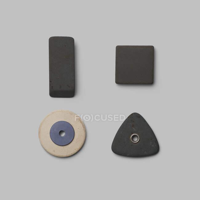 Рубці різних форм на сірому фоні. — стокове фото