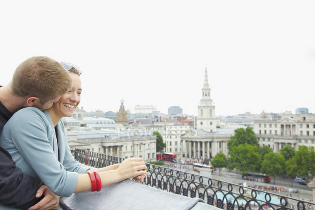 Счастливая, влюбленная пара над Трафальгарской площадью, Лондон, Великобритания — стоковое фото